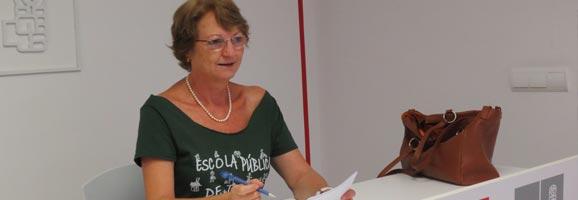 Cristina Rita presentant l'esmena a la totalitat del projecte de Llei de Símbols.