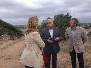 Luís Alejandre explica les avantatges del nou carril bici entre Maó i Es Castell.
