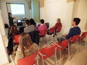 La presidenta de la Fundació Deixalles, Francesca Martí, i la tècnica de l'Àrea Ambiental de l'entitat, Maria Suau, han presentat la calculadora d'emissions evitades amb reutilització.