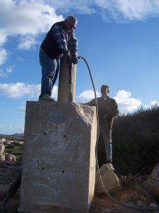 Treballadors retirant el bloc de ciment de Torrellafuda.