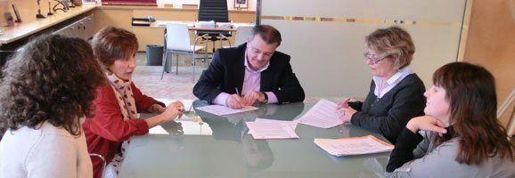 Santiago Tadeo signant per garantir a l'illa l'assistència social integral a les dones víctimes de violència de gènere.