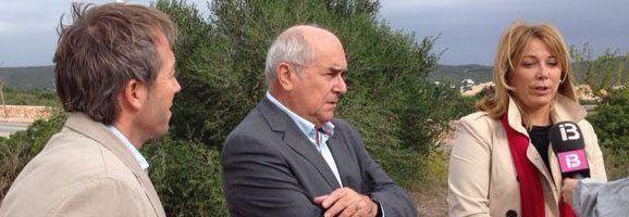 El conseller responsable d'aquest Departament, Luis Alejandre, juntament amb la batlessa de Maó, Águeda Reynés i el batle des Castell, Lluís Camps.