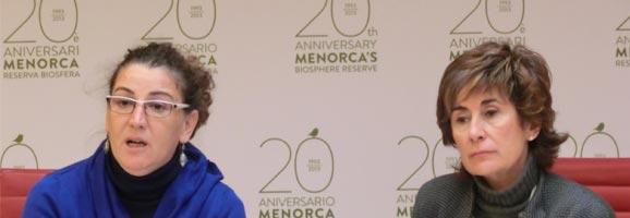 La consellera Herráiz y Cristina Fernández explicant els itineraris per ajudar a les dones maltractades a Menorca.