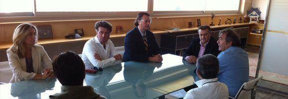 Fotografía de la reunión entre Santiago Tadeo y el doctor Jordi Moya.