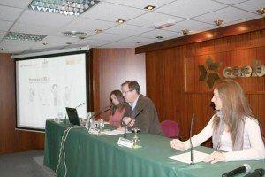 Josep Oliver Mas, presidente de CEAT Balears, escoltado por Laura Meléndez de Mutua Universal (a la izquierda de la imagen) y por Mavia Isern de CAEB.