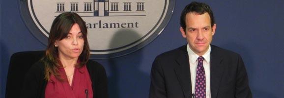 Marc Pons y Rosario Sánchez declarant sobre l'avantprojecte del PP sobre finançaments del Consell.