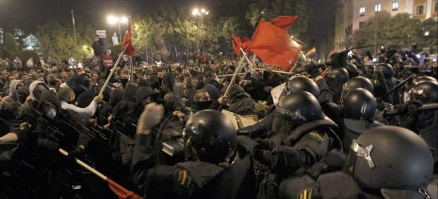 Antiavalots de la Policia Nacional carregant contra els manifestants a la Plaça Neptú.