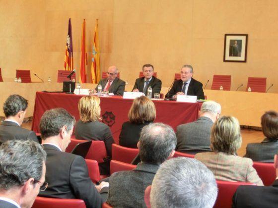 Santiago Tadeo declarando en la Jornada Técnica prevista para resolver los problemas de la conectividad aérea menorquina