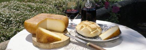 Formatge de Menorca servit a taula i llest per assaborir.