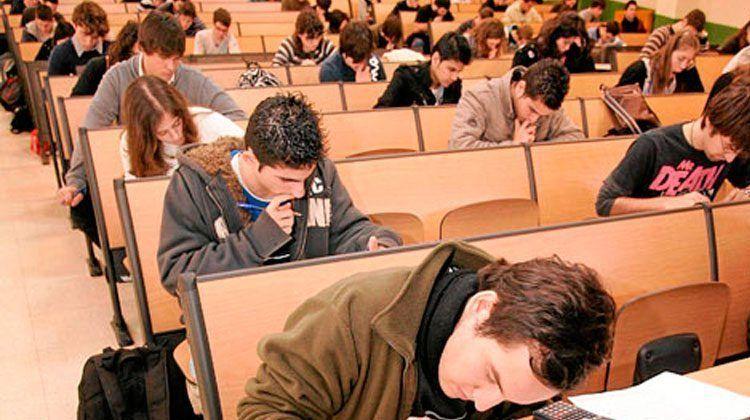 Estudiantes realizando un examen.