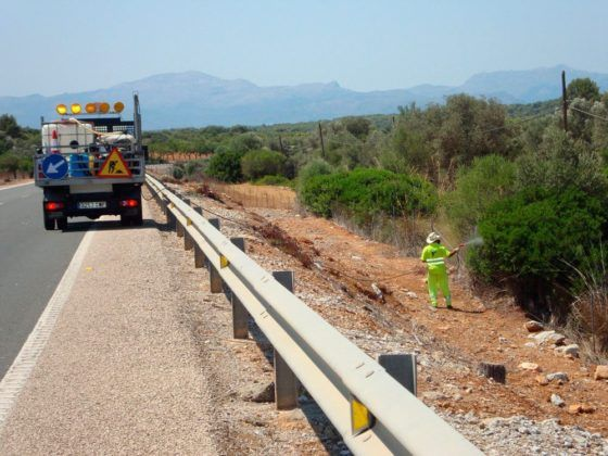 La fumigació era l'antic mètode d'eliminar les males herbes de les voreres de les carreteres mallorquines.