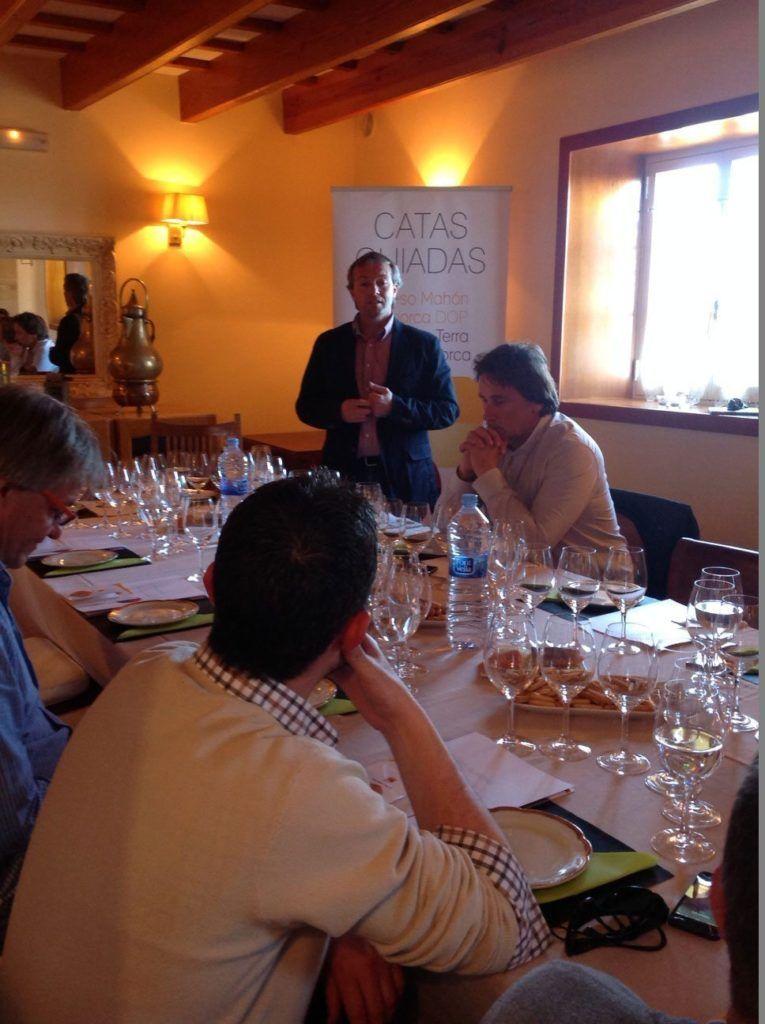 Sesión de catas de Queso de Mahón y Vi de la Terra Illa de Menorca dirigida a los profesionales de la hostelería.