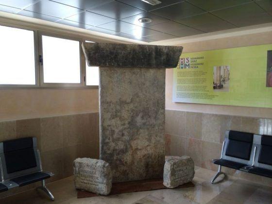 Rèplica de Taula Menorquina, situada a una de les estacions marítimes de l'illa.