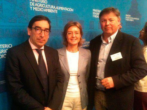 Fotografia del conseller Fernando Villalonga a la trobada que ha mantingut amb la ministra Isabel García Tejerina i el diputat nacional Juan Carlos Grau.