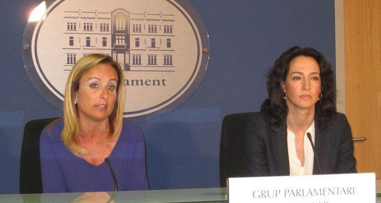 La portavoz del Grupo Parlamentario Popular, Mabel Cabrer, y la portavoz de Turismo del GPP, Lourdes Bosch.