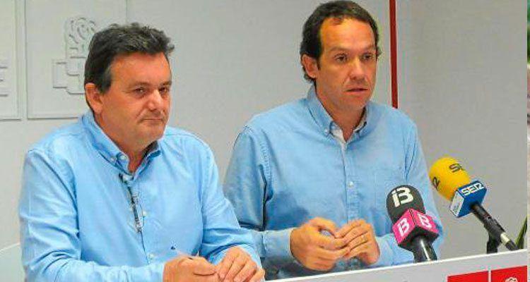 El portaveu del Grup Socialista insular, Joan Marquès, i Marc Pons.