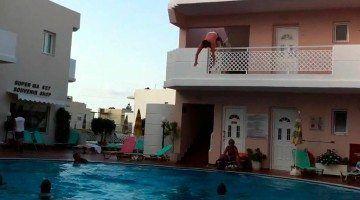 "Jove turista fent el denominat ""balconing""."