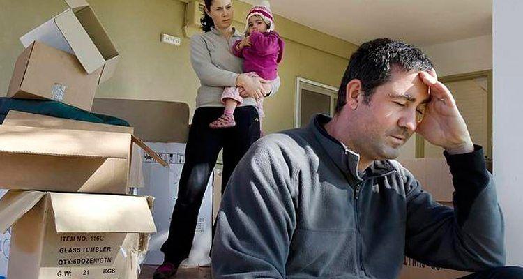 Familia española sumida en la pobreza debido a la crisis económica.