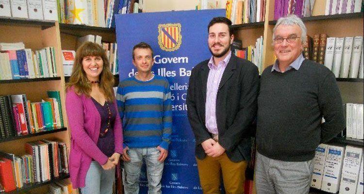 Es Foment Cultural, representat pel seu president Juan José Gomila, vicepresident Joan Pons i secretari insular Lucas Pons, junt amb la Delegada d' Educació de Menorca.
