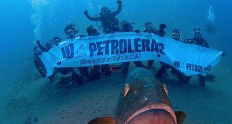 Activistas en contra de las prospecciones petrolíferas en Canarias.