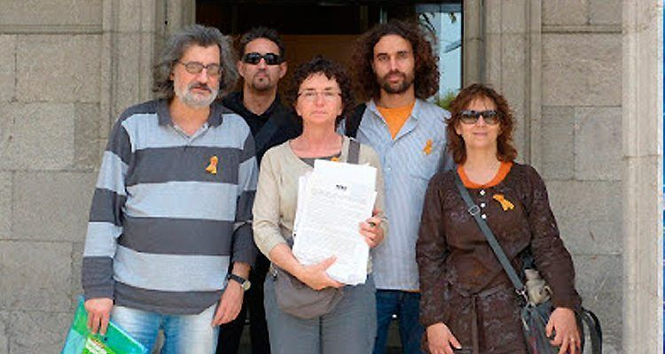 Presentació de la recollida de signatures per demanar la retirada del decret i la proposta per millorar l'aprenentatge de les llengües estrangeres.