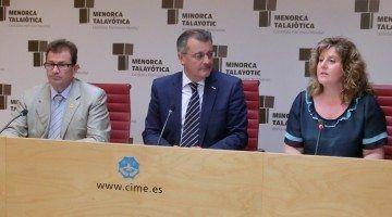 La consellera d'Educació, Cultura i Universitats, Joana Maria Camps, juntament amb el president del Consell de Menorca, Santiago Tadeo, i el rector de la Universitat de les Illes Balears, Llorenç Huguet.