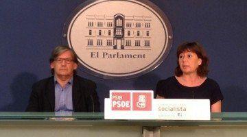 La candidata socialista per Menorca, Francina Armengol, junt amb el portaveu adjunt el parlamentari socialista per Baleares, Vicenç Thomàs.