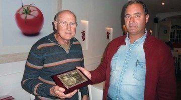 ASEFOME entregando una placa conmemorativa a Joan Petrus