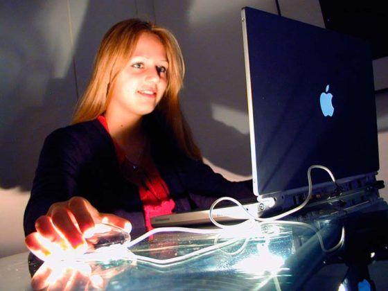Adolescente navegando por Internet