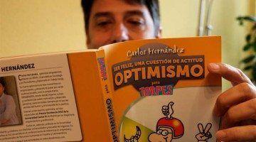 Carlos Hernandez Leyendo Optimismo para Torpes