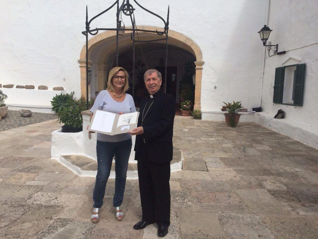 Entrega del obsequio al obispo Salvador Giménez