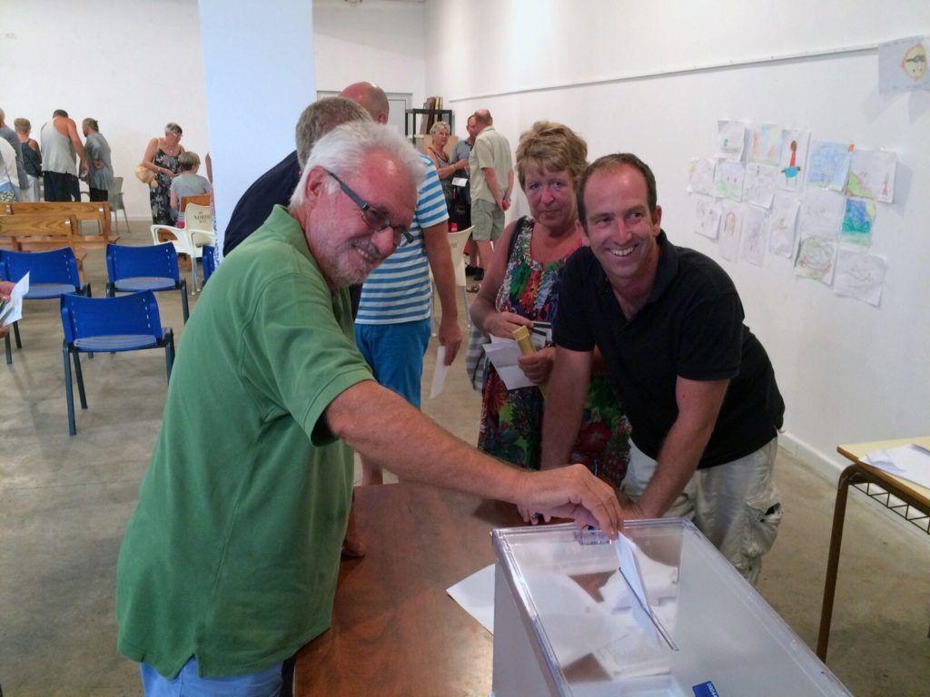Vecinos Cala en Porter votando
