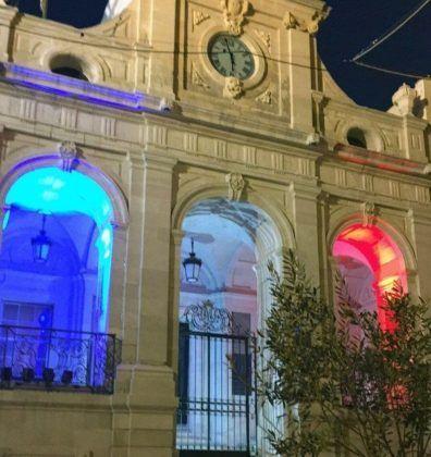 Ayuntamiento Maó iluminado con los colores de la bandera francesa