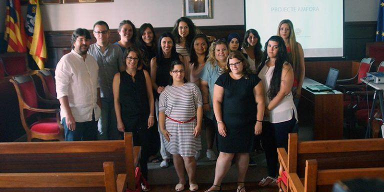 Els alumnes d'AEVUM i ÀMFORA amb Vicenç Tur a l'Ajuntament de Maó