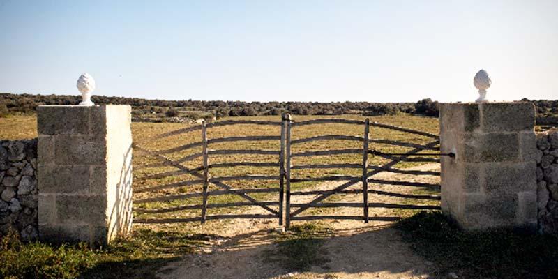 Barrera de entrada a una finca de Menorca