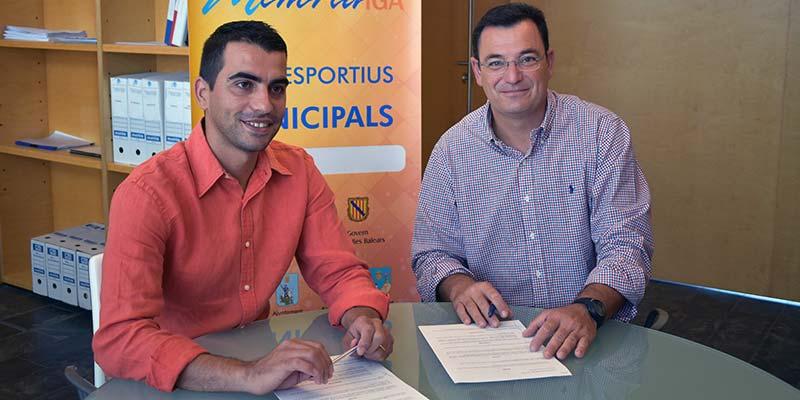 El conseller Miquel Company amb el director de Destilerías Xoriguer, Adolfo Vilafranca