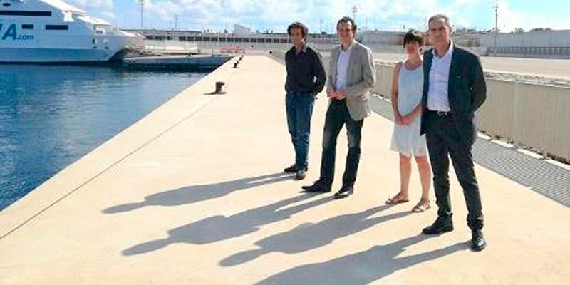 El conseller Marc Pons amb la batlessa de Ciutadella, Joana Gomila, al dic de Son Blanc