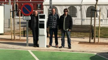 Es Castell instala un punto de recarga de coches eléctricos