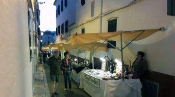 Mostra de pastisseria local en el Mercat de Nit d'Alaior